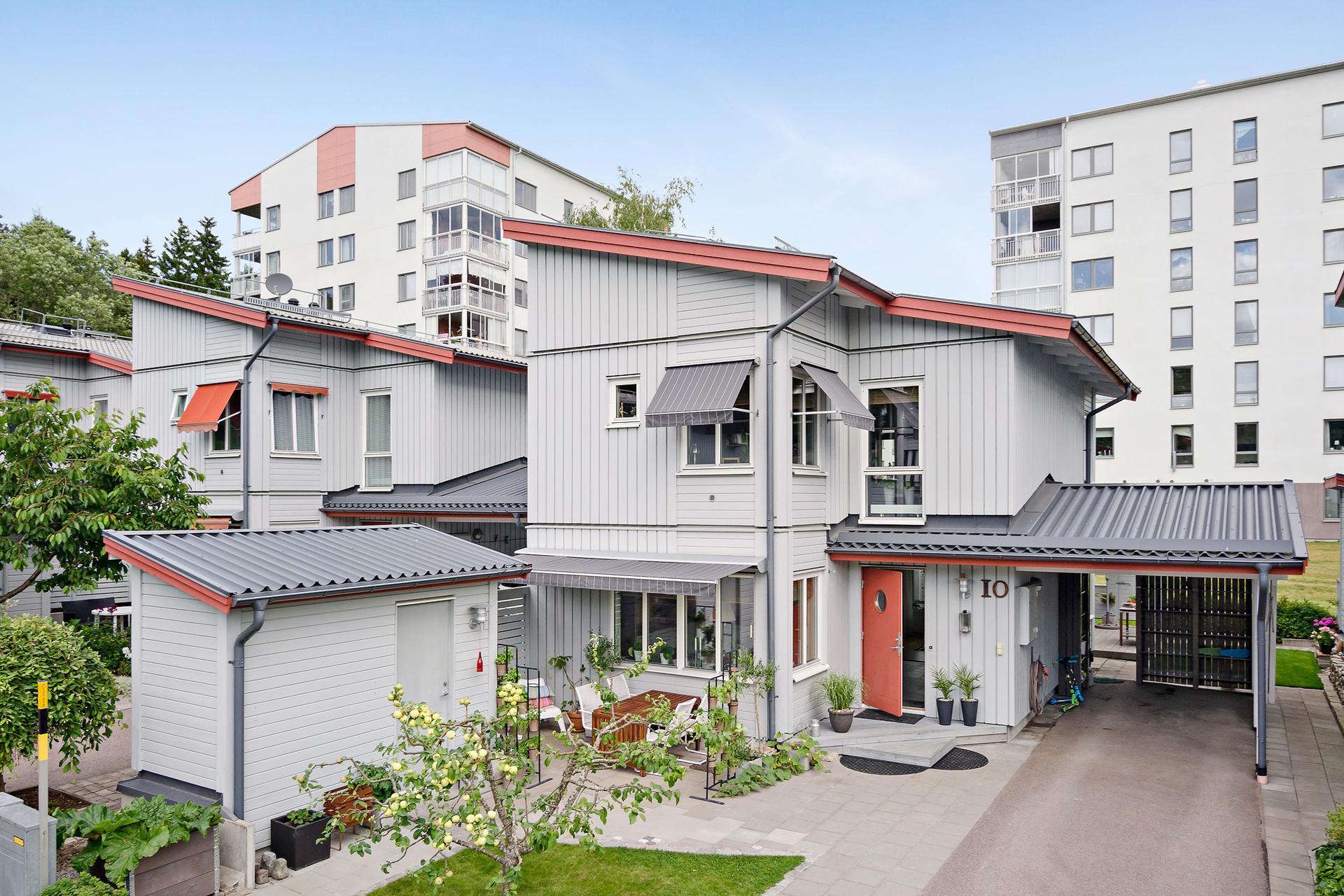 Маркизы на окнах дома в Швеции